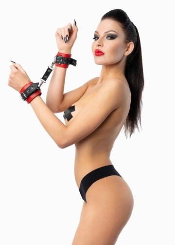 Красно-черные наручники с фиксацией на двух карабинах