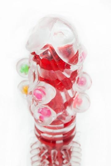 Прозрачно-красный вибратор с дополнительными пупырышками - 16,5 см.